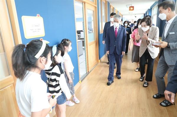 유은혜 교육부장관과 박종훈 경남교육감이 18일 오후 창원 명서초등학교 별관에 설치된 거점통합돌봄센터 '늘봄'을 찾아 점검했다.