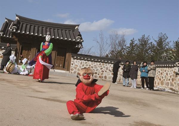 1978년 2월, 국가무형문화재 제61호로 은율탈춤이 지정 받았다. 은율탈춤은 이때부터 인천지역을 중심으로 본격적으로 전승됐다. 사진은 은율탈춤중 ?과장 중 원숭이새맥시 장면 (사진 은율탈춤보존회 제공)