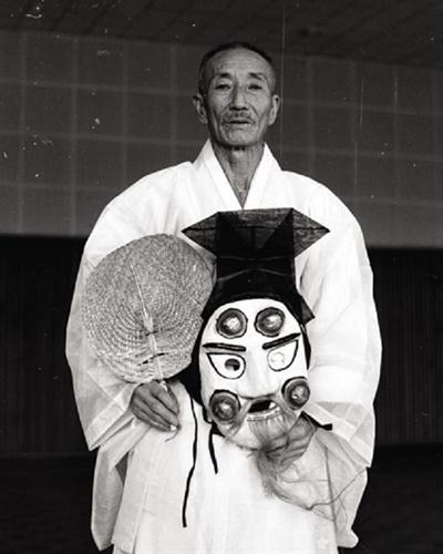 은율탈춤의 최초의 인간문화재는 장용수(1903 ~1997, 영감, 가면제작)와 김춘신(상좌, 의상제작)이다. '장용수가 없었다면, 은율탈춤을 없었다'는 말이 가능할 정도로, 그는 은율탈춤에 평생을 바친 분이다. (사진 은율탈춤보존회 제공)