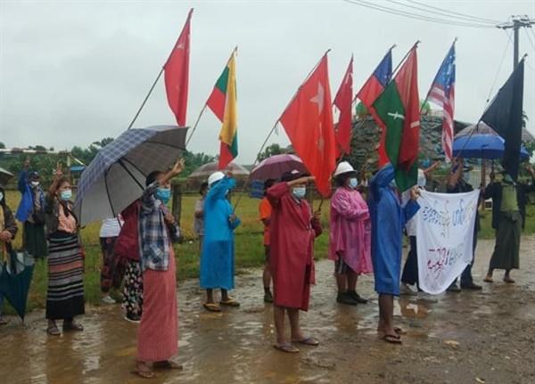 18일 아침 파칸(까친주) 론킨 마을, 테러리스트 독재 척결, 군부독재 저항 외치는 주민들