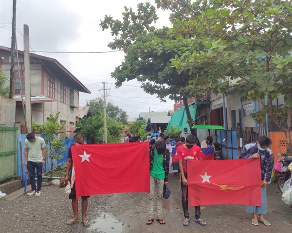 18일 아침 까레이(사가잉주) 시민들의 행진.