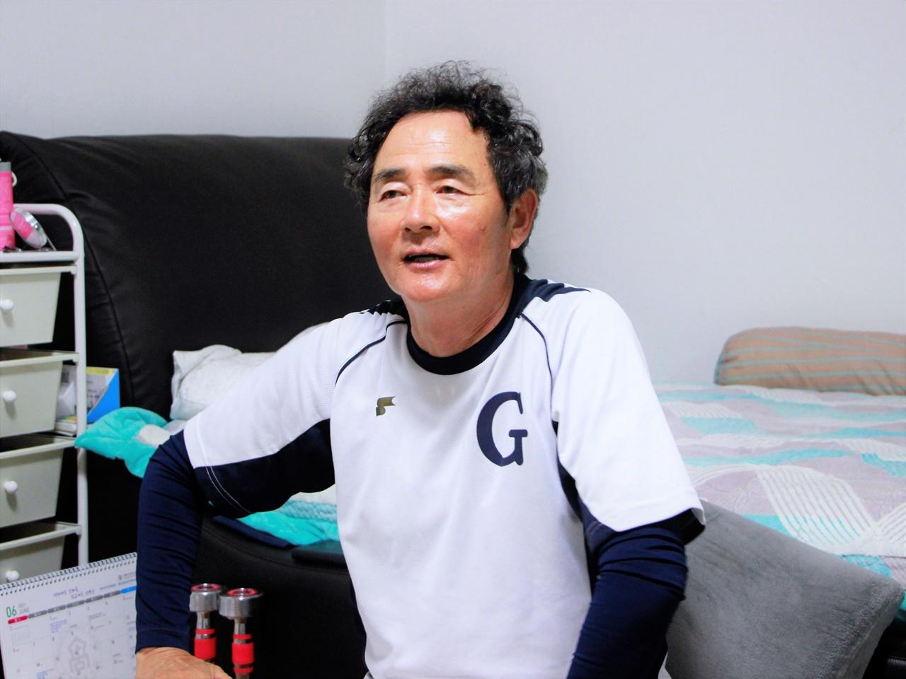 감독실에서 이야기를 나누고 있는 강릉고등학교 최재호 감독.