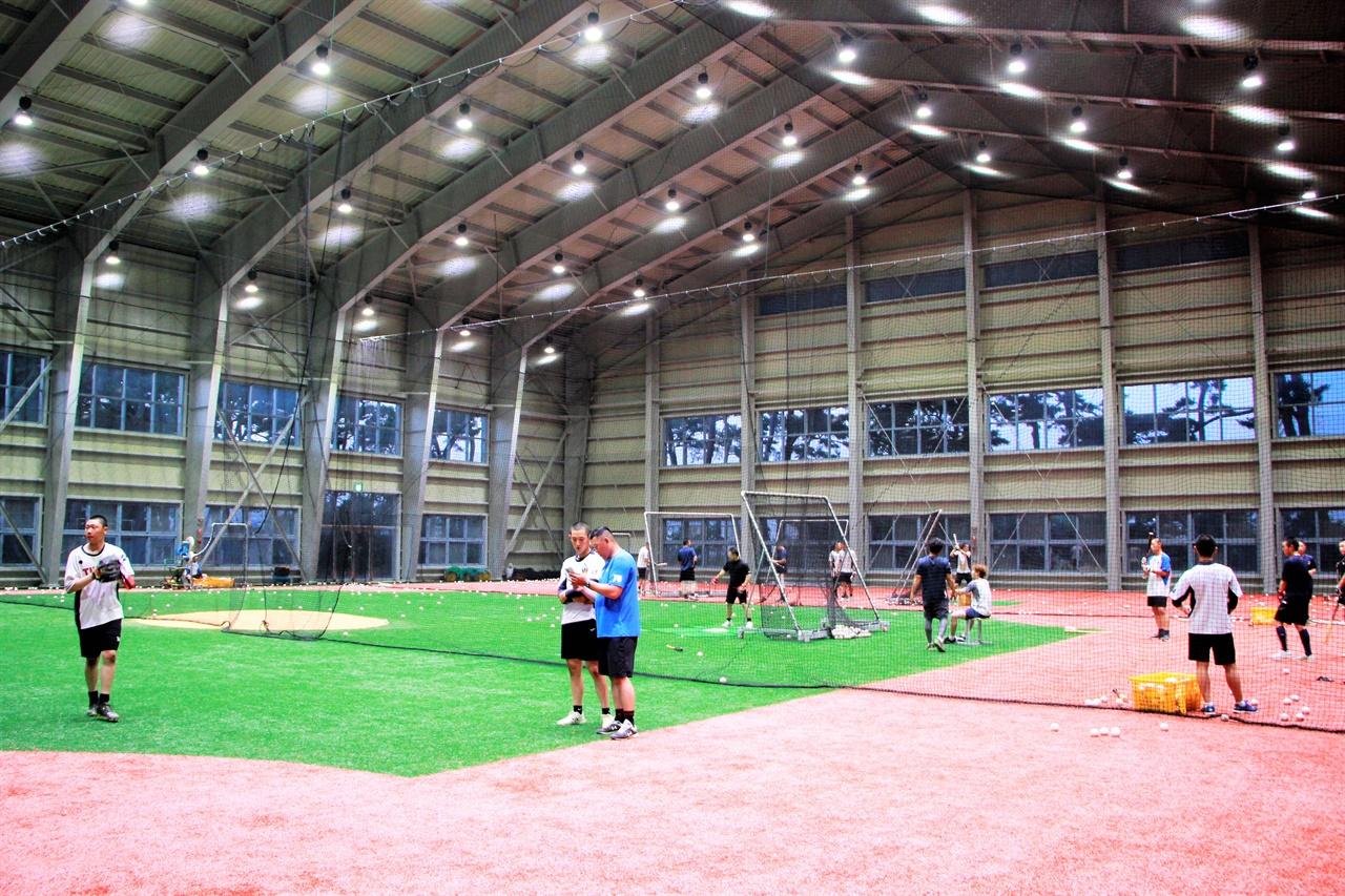 강릉고등학교 실내야구연습장에서 야구부 선수들이 훈련을 이어가고 있다.