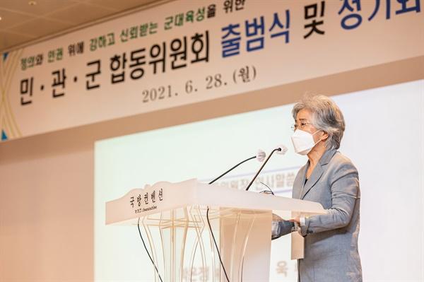 28일 오후 서울 국방컨벤션센터 태극홀에서 열린 병영문화 개선을 위한 '민·관·군 합동위원회' 출범식에서 박은정 공동위원장이 인사말을 하고 있다. 2021.6.28 [사진공동취재단]