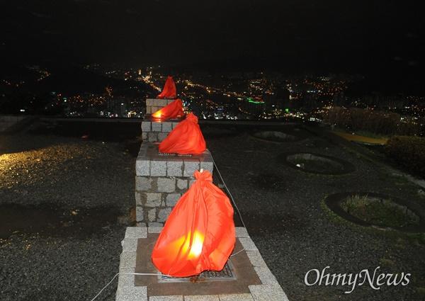 부산의 황령산 정상 봉수대. 조선시대 만들어진 군사시설이다. 현재 4개 지역에 걸쳐 있는 황령산은 대표적 자연 녹지로 '도심 속 허파'라고 불리지만, 수년째 개발 논리에 시달려왔다.