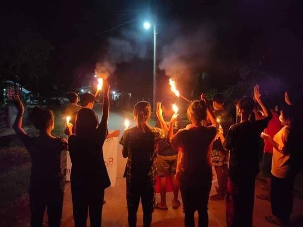 18일 다외 라옹론 콘자얏 마을의 청소년들, 시위.