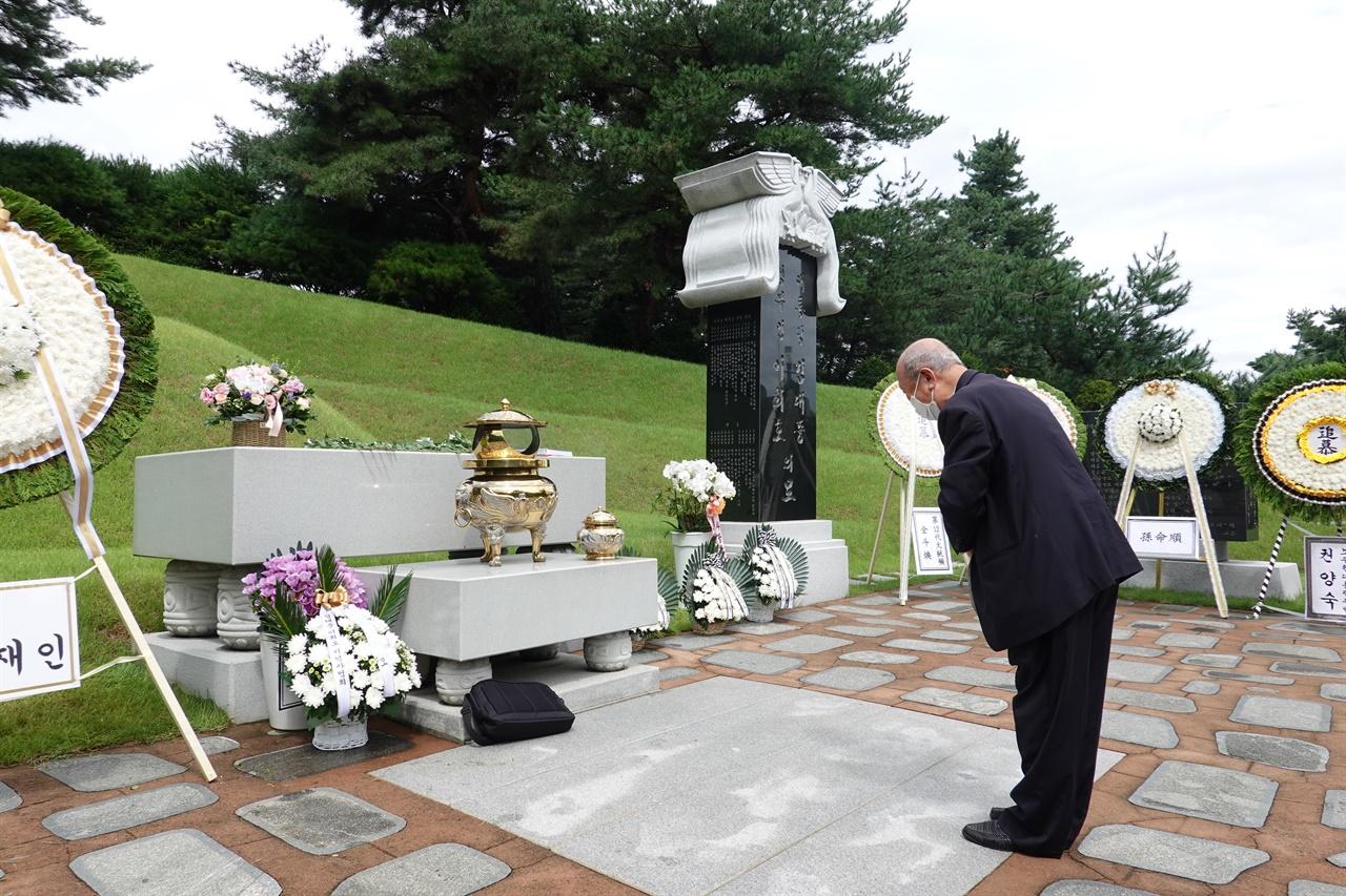 김대중 대통령 부부 무덤 앞에서 묵념을 드리다.