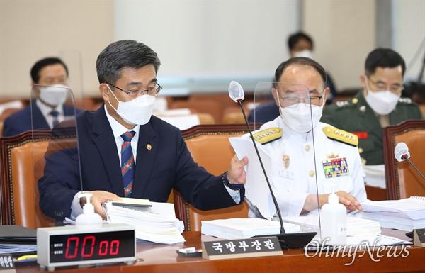 서욱 국방부 장관(왼쪽)과 부석종 해군참모총장이 20일 오전 서울 여의도 국회에서 열린 국방위원회 전체회의에 참석해 있다.
