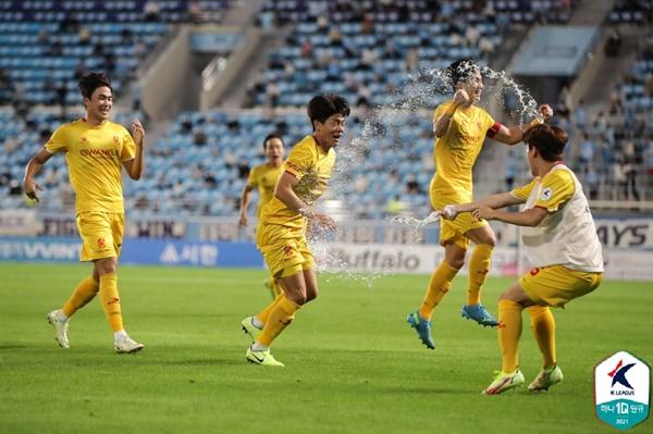 20일 DGB대구은행파크에서 열린 하나원큐 K리그1 2021 26라운드 대구FC와 광주FC의 경기에서 광주 여봉훈이 역전 골을 넣자 선수들이 기뻐하고 있다.