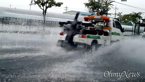 경남에서는 21일 많은 비가 내린데 이어 23일에도 곳곳에 비가 내리고 있다. 사진은 21일 김해지역 한 도로 상황.