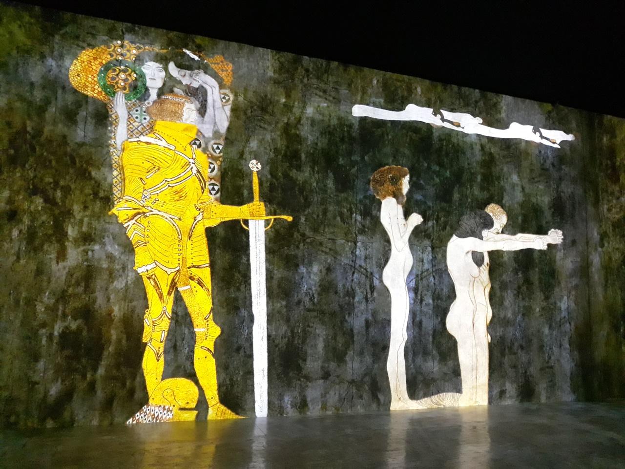 빛의 벙커 구스타프 클림트 전 국내 최초로 몰입형 미디어 아트 전시를 선보인 클림트 전의 한 장면.