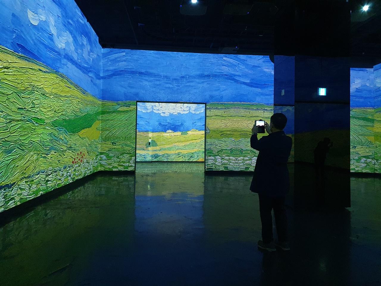 빛의 벙커 반 고흐 전 반 고흐의 작품이 미디어 아트로 재창조돼 전시 중이다. 전시장 내부는 자유롭게 촬영이 허용된다.