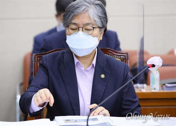 정은경 질병관리청장이 23일 서울 여의도 국회 보건복지위원회 전체회의에 출석하고 있다.