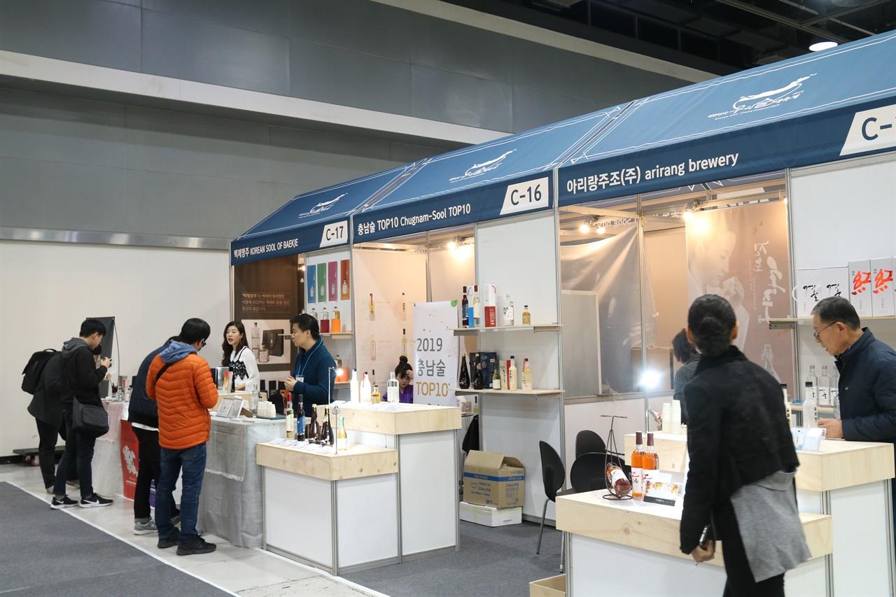 박람회에 참가한 양조업체 오랜 시간 박람회 등을 통해 술을 알리는 것이 중요하다