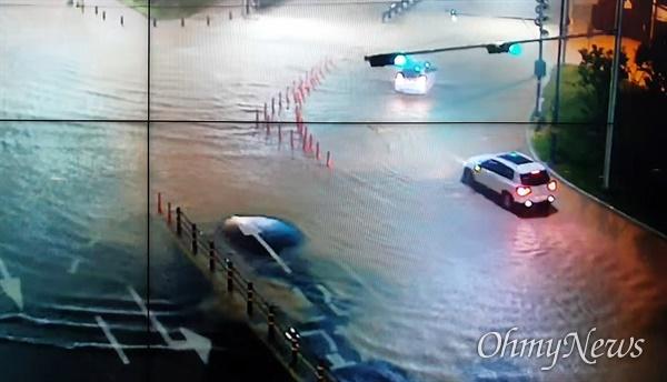 태풍 오마이스가 부산을 통과하자 하천이 범람하거나 곳곳이 침수되는 등 피해가 속출했다.