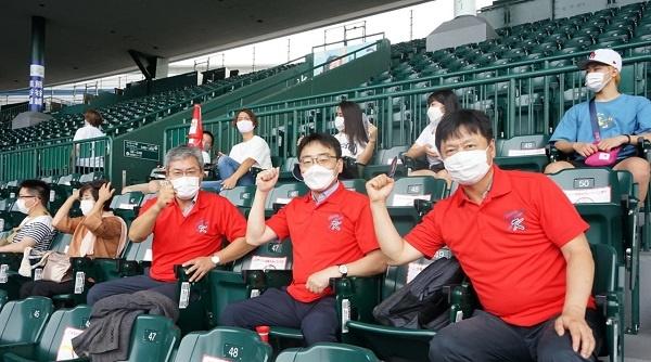 지난번 2차전 시합 때 고시엔 야구장에서 응원을 하는 모습입니다. 왼쪽부터 주일본대한민국대사관 양호석 수석교육관, 주오사카대한민국총영사관 조성렬 총영사, 이원경 영사입니다.