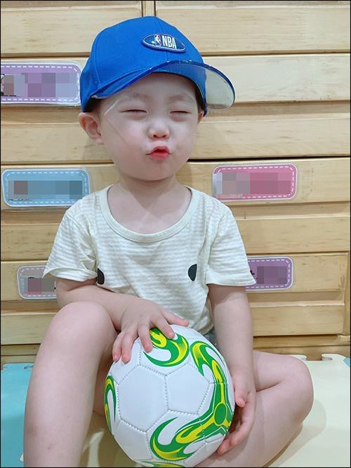 잘떄도 안고 잘 정도로 공을 너무 좋아하는 아들, 벌써 집에 있는 공만 5개다.