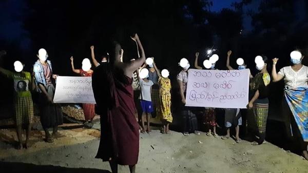 25일밤 시위를 이끄는 만달레이 피지타곤의 승려