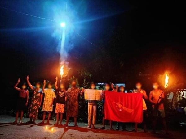 25일 라웅론 까뇬뀬 마을 주민들 야간시위