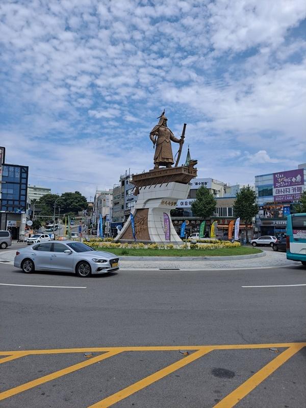여수 이순신광장 중앙에는 충무공 이순신 장군 동상이 우뚝 서 있다.