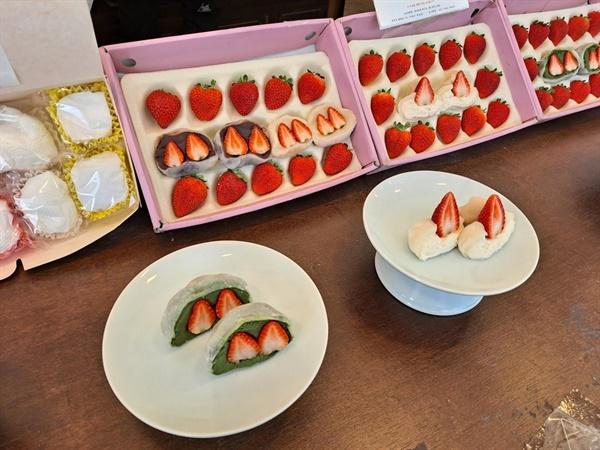 딸기 모찌는 쫀득쫀득한 찹쌀 피에 제대로 삶아낸 팥앙금을 듬뿍 넣었다. 그 안에 함초롬히 담긴 생딸기를 보면 그저 군침이 돈다.