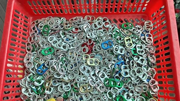 황의성 전 옥천1리 이장은 지난 6년 간 매일 294개가량의 캔 꼭지를 수집했다.