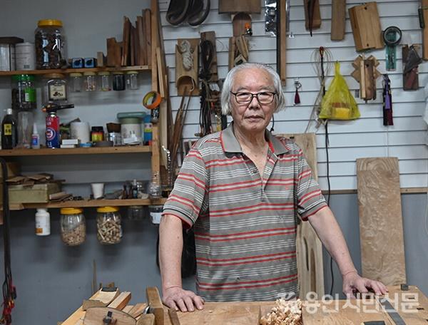 최태순씨는 1999년 경기도 무형문화재 제30호 현악기 악기장으로 지정됐다. 지금도 전통 방식 그대로 현악기를 만들고 있다.