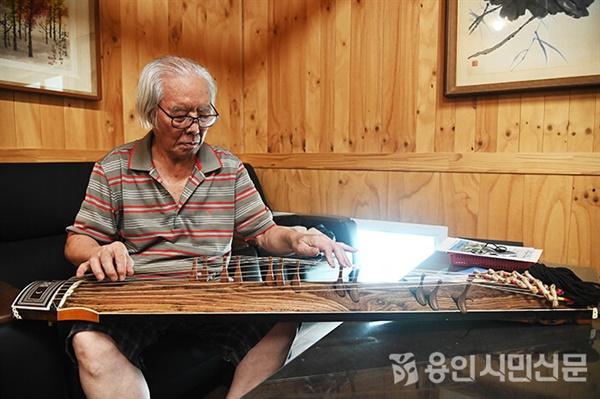 최태순 악기장이 제작한 가야금을 연주해보고 있다.