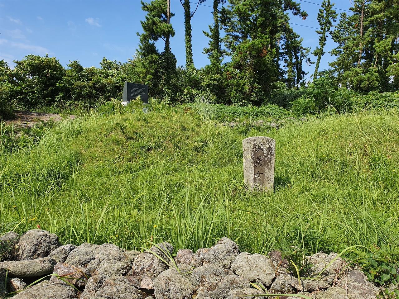 홍윤애의 무덤 '洪義女之墓'(홍의녀지묘)라고 새긴 낡은 비석이 세워져 있고, 무덤가에는 잡초가 무성하다.