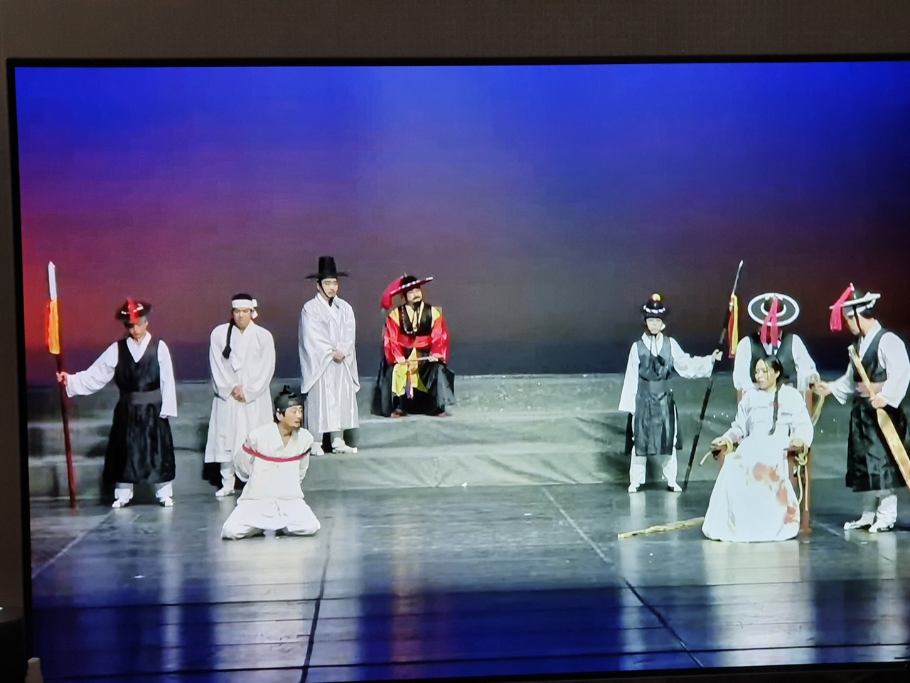연극 '홍윤애의 悲歌(비가)' 한 장면 제주목사 김시구가 조정철과 홍윤애를 붙잡아 놓고 가혹하게 추궁하는 장면.