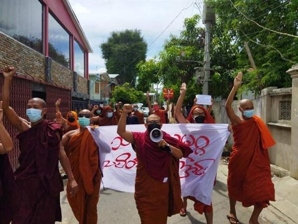 26일 날마다 거리로 나오는 만달레이 승려들