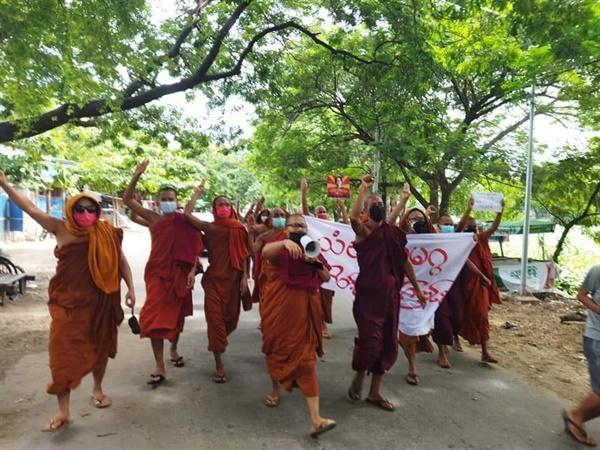 26일 거리로 나온 만달레이 승려들