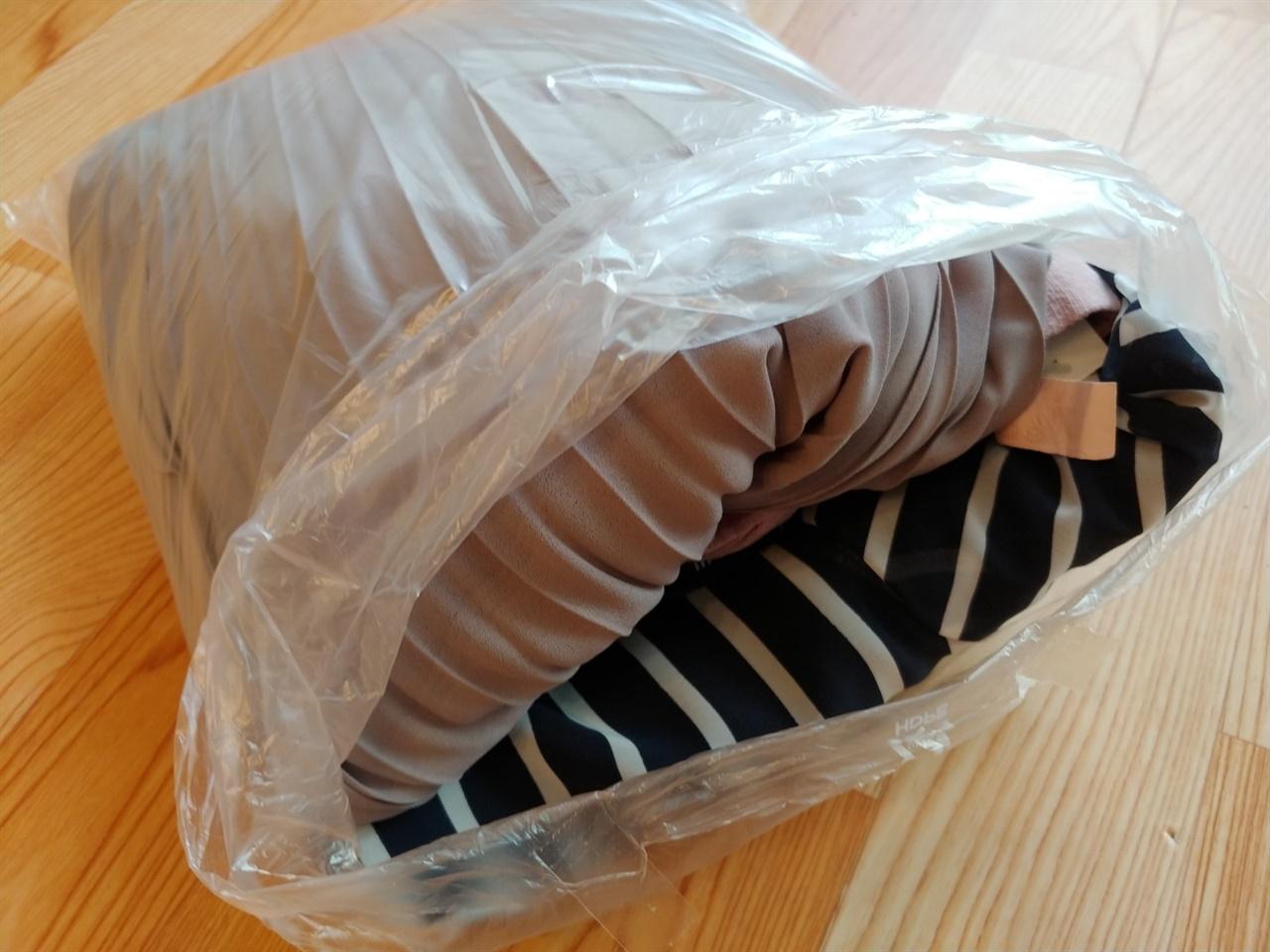 중고의류를 구입했다. 주문시 포장을 최소화해주시길 부탁드렸고, 포장 비닐 하나에 네 벌의 옷이 담겨 왔다.