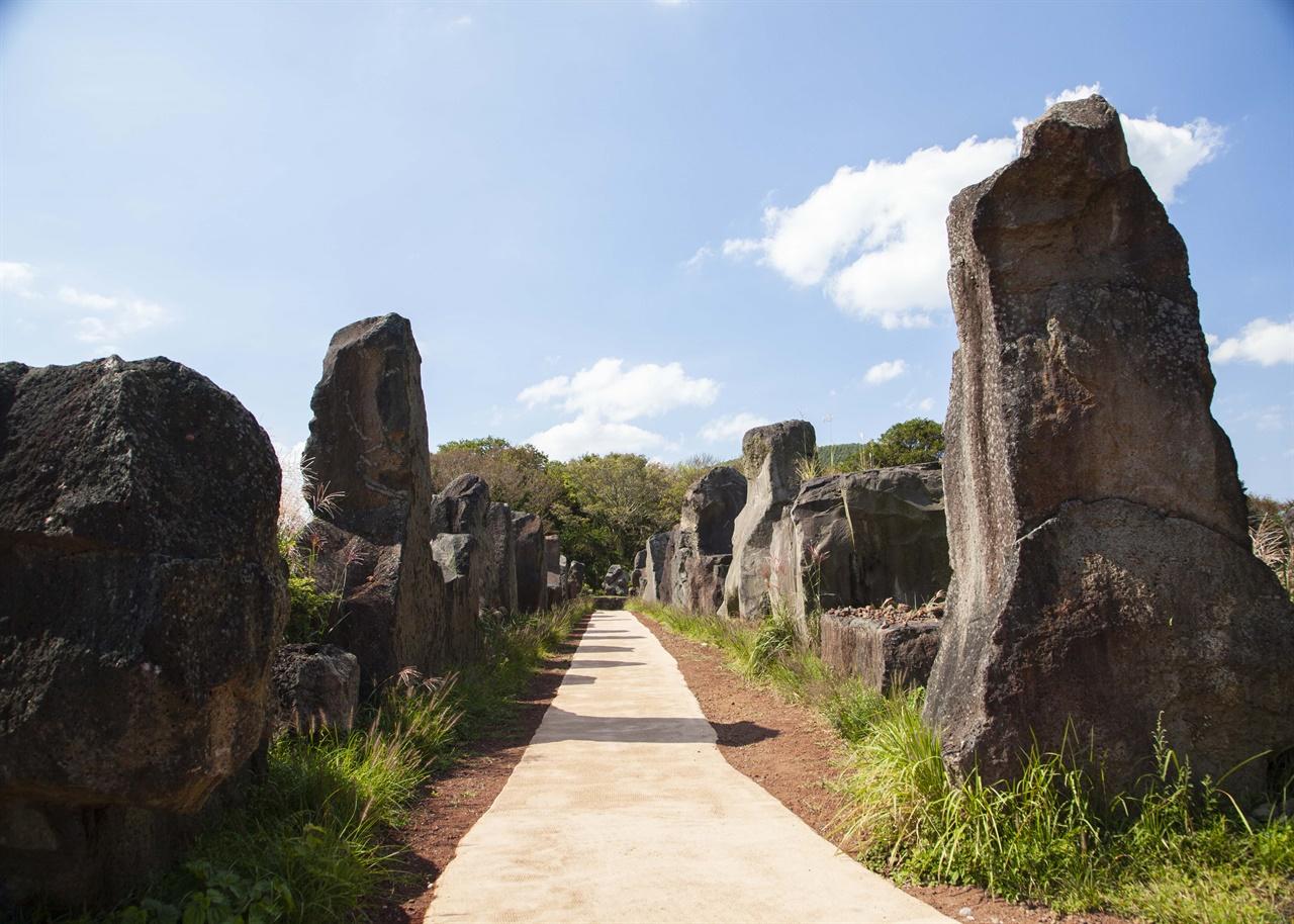 돌문화공원에 입장하면 양쪽에 도열한 거대한 돌의 통로가 나온다. 여기를 지나 본격적인 관람이 시작된다.