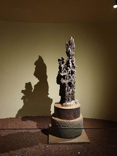 설문대할망을 상징하는 용암석. 돌문화공원의 맨 마지막 관람 코스인  '어머니의 방'에 전시돼 있다.