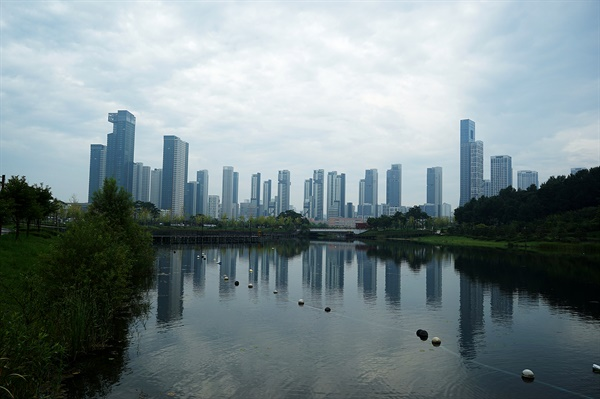세종시 호수공원의 풍경. 호수에 비친 도시 풍경이 상상속의 도시같다.