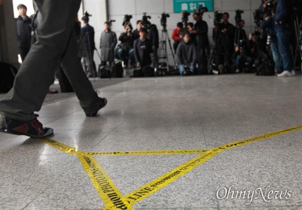서울 서초구 서울중앙지검에서 수많은 취재기자들과 사진기자들이 포토라인을 설치하고 대기 중인 모습. 자료사진.