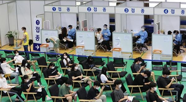 9일 서울 노원구민체육센터에 마련된 코로나19 백신접종센터에서 고등학교 3학년과 교직원들이 백신을 접종받고 있다