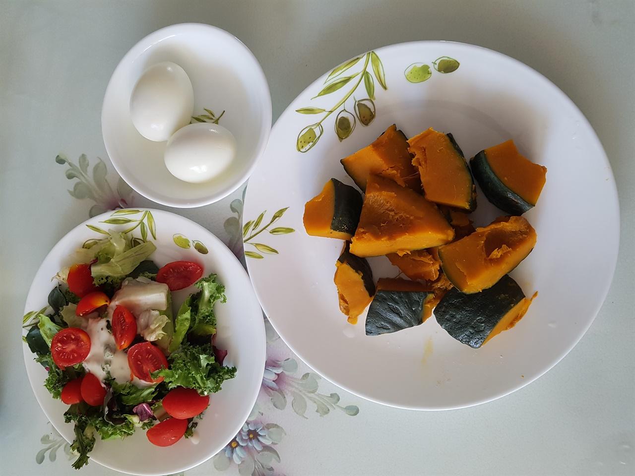 단호박을 찌고 야채와 계란을 곁들인 아침 상