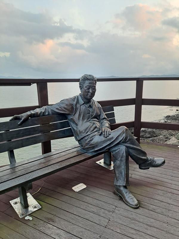 둘레길 산책로 영랑나루쉼터에서 만난 영랑 김윤식 시인 조형물이다.