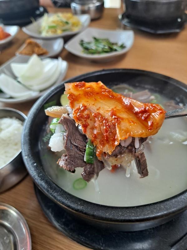 소머리국밥은 강진 묵은지와 찰떡궁합을 이룬다.