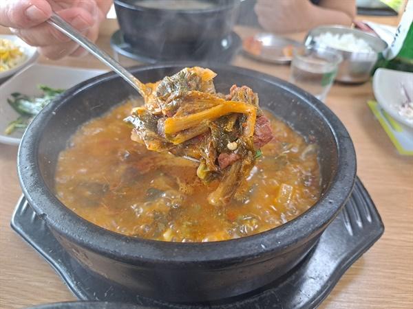 사골우거지탕은 배추 우거지를 푹 끓여내 느낌이 좋다. 소머리국밥의 그것과는 전혀 다른 또 다른 맛으로 다가온다.