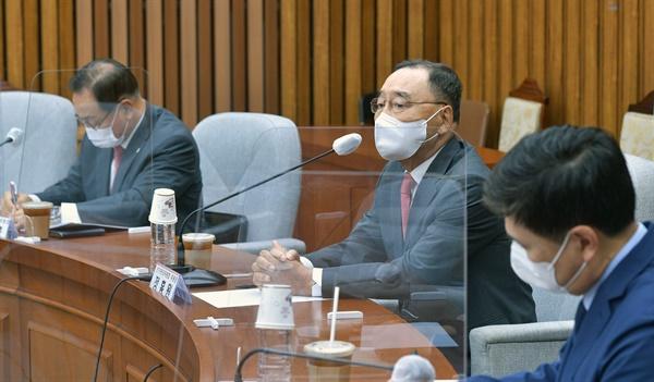 국민의힘 정홍원 대선후보 경선 선거관리위원장이 1일 서울 여의도 국회에서 열린 선관위회의에서 발언하고 있다.
