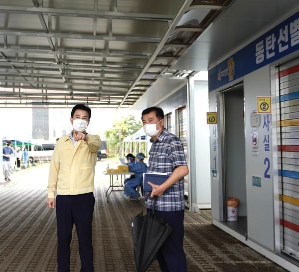 동탄 선별진료소를 방문한 서철모 시장