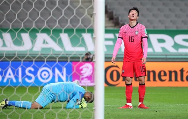 아쉬워하는 황의조 2일 서울월드컵경기장에서 열린 2022 카타르 월드컵 최종예선 A조 1차전 대한민국과 이라크의 경기. 한국 황의조가 이라크 골키퍼가 엎드려 공을 잡아내며 시간을 끌자 아쉬워하고 있다.