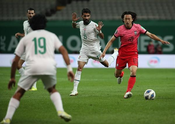 이재성 드리블 2일 서울월드컵경기장에서 열린 2022 카타르 월드컵 최종예선 A조 1차전 대한민국과 이라크의 경기. 이재성이 드리블하고 있다.