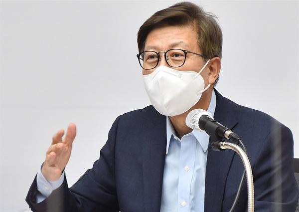 지난달 8월 11일 부산시청에서 코로나19 대응을 위한 의료계 전문가와의 간담회를 열고 있는 박형준 부산시장.