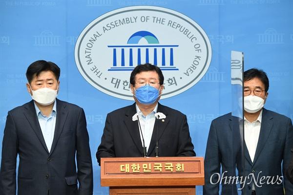 이낙연 캠프 공동선대위원장이었던 설훈 의원(가운데)이 9월 3일 국회에서 중부권 경선 판세 분석과 관련해 기자회견을 하고 있다.