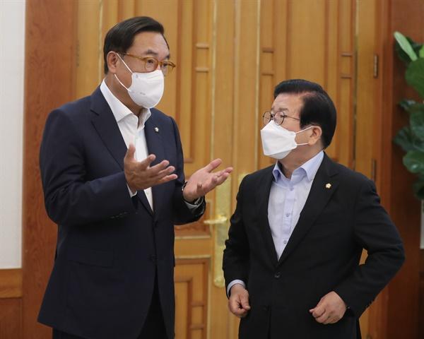 박병석 국회의장(오른쪽)과 정진석 국회부의장이 3일 청와대에서 열린 국회의장단 및 상임위원장단 초청 오찬간담회에서 대화하고 있다.