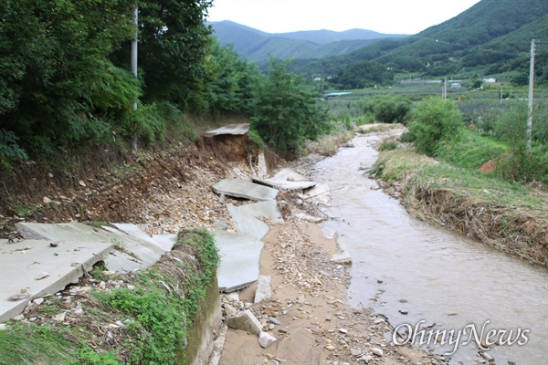 지난달 24일 태풍 '오마이스'의 영향으로 집중호우가 내린 포항시 죽장면의 한 작은 도로 일부가 침수되면서 끊겼다.